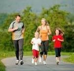 H γυμναστική των γονιών με τα παιδιά καλλιεργεί θετικά τη σχέση τους.